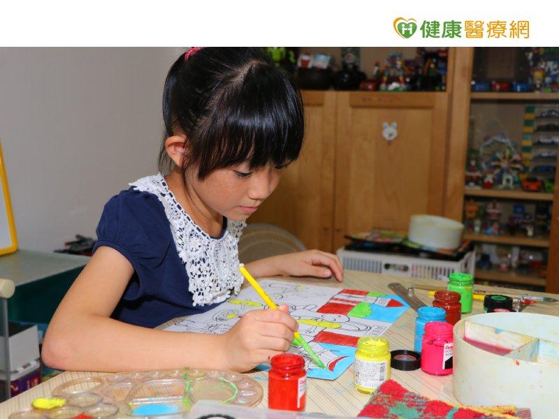 女孩爱彩绘 义卖桌历助每位颜损儿